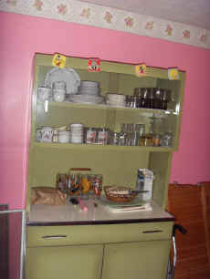 Metal Kitchen Cabinet With Top Glass Doors.JPG (56151 bytes)